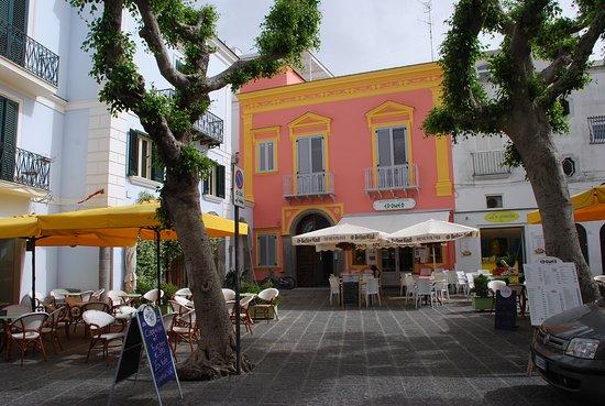 Sant'Angelo (Serrara Fontana) : la piazzetta