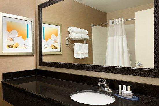 เมสกีต, เท็กซัส: Guest Bathroom at our Mesquite Fairfield Inn & Suites