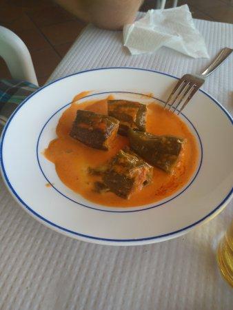 Ojen, Spagna: Escalopin de pollo, carne mechada, trata de queso y pimientos rellenos.
