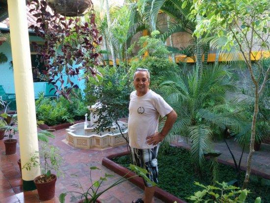 Hostal Buen Viaje: Lester nel patio