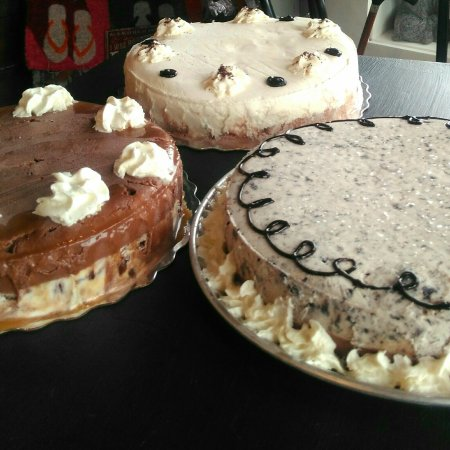 Lindsay, Canadá: Did someone say... cake?! Delicious Kawartha Dairy ice cream cakes are made in house daily!