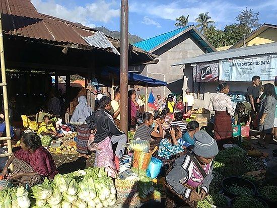 Moni, Indonesia: Market just next to bungalow