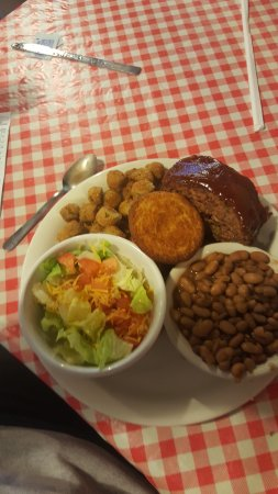 Tuscumbia, Αλαμπάμα: Meatloaf with Brown Beans and Cornbread , fried Okra, Salad