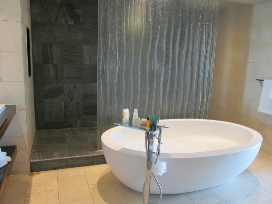 Hilton Liverpool City Centre: Presidential suite Bath with shower behind the glass