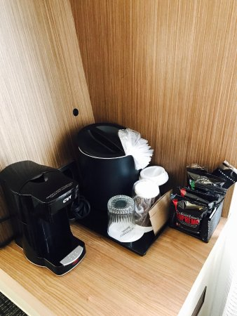 Courtyard Dallas DFW Airport North/Irving: Coffee maker with coffee selections, ice bucket and drinking glasses