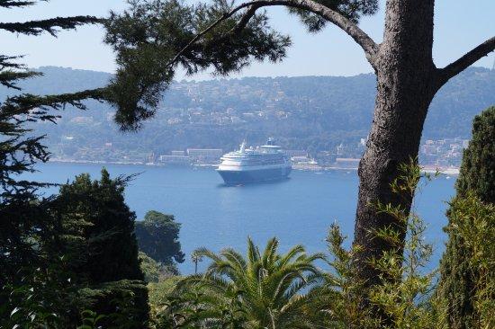 Villa & Jardins Ephrussi de Rothschild: Paquebot au mouillage à Villefranche