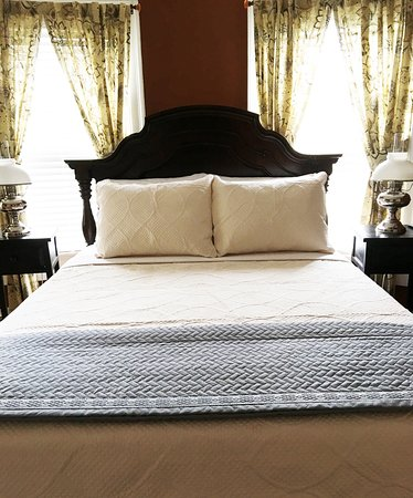 "Baldwinsville, NY: The ""Round"" En Suite Queen Bed"