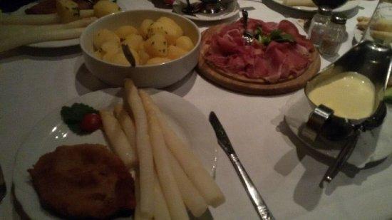 Peine, Germany: Hauptspeise: Spargel, Schnitzel, Salzkartoffeln, Sauce Hollandaise und Schinken!