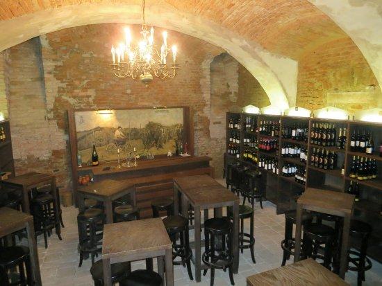 Ptuj, Slovenia: Vinothek im Kellergewölbe