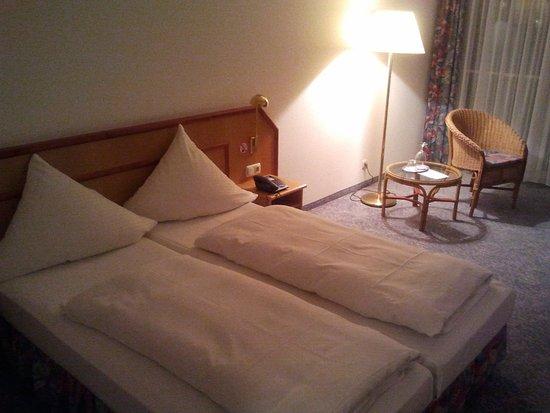 Appart Hotel Tassilo: Die Zimmer sind sehr gereäumig. Ausgestattet mit Kühlschrank, Schreibtisch, Fernseher, Balkon.