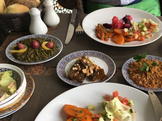 Palais Faraj Suites & Spa: Les délicieuses salades Accompagnées d'aubergines et de tomates confites au sucre!!! Un régal!!!