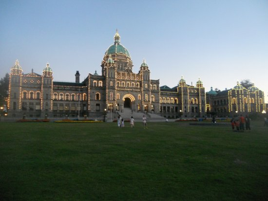Government Street: Tourist on Parliament lawn