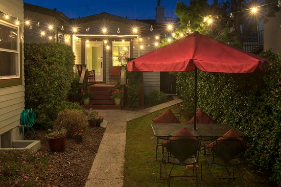 Hillcrest House Bed & Breakfast: Side Yard Outdoor Space