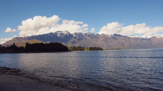 Invercargill, Nueva Zelanda: From Queenstown, looking towards The Remarkables over Lake Wakatipu.
