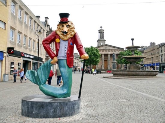 Elgin, UK: the ugly statue vs the old square