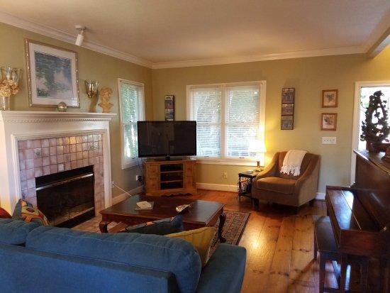 Haydon Street Inn B & B: Cottage Suite living room.