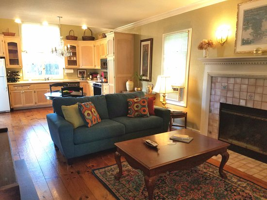 Haydon Street Inn B & B: Cottage Suite living room with full kitchen, fireplace, TV, private patio and hot tub.