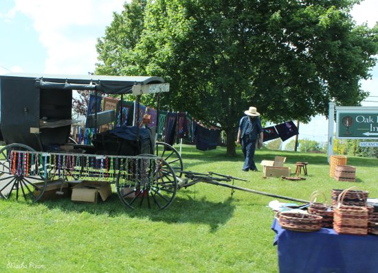Millersburg, OH: Amish selling baskets