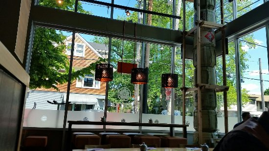 Tigard, Орегон: Beautiful sunny windows grace Yama's