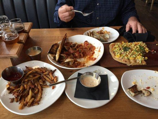 ออตตาวา, อิลลินอยส์: Beer flight, clams, fries, elote flat bread