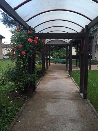 Citadines Geneva Ferney-Voltaire : acess garden