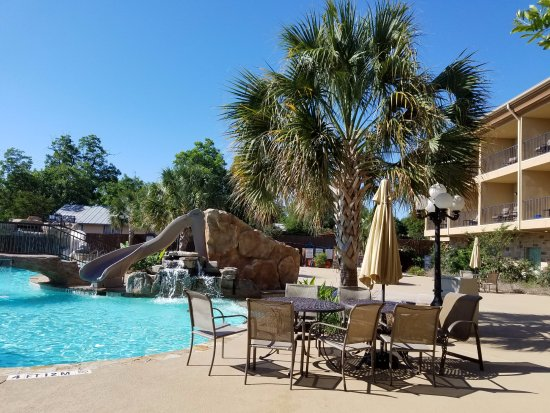 Hampton Inn & Suites Fredericksburg: Pool and Courtyard area