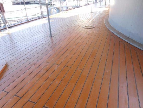 張替え工事が終了した上甲板 aft deck of mikasa finished refreshing