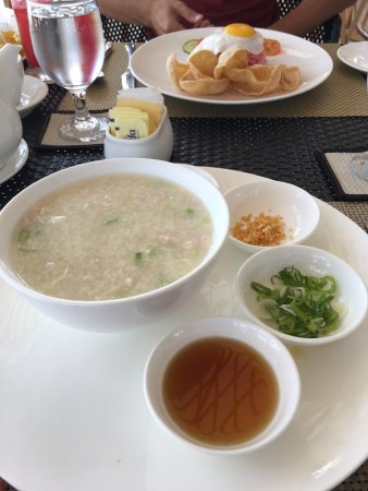 Daanbantayan, Filippinerne: One of their breakfast options - Congee. Really good.