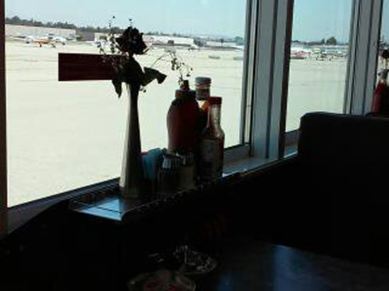Fullerton, Californië: view of tarmac from the cafe