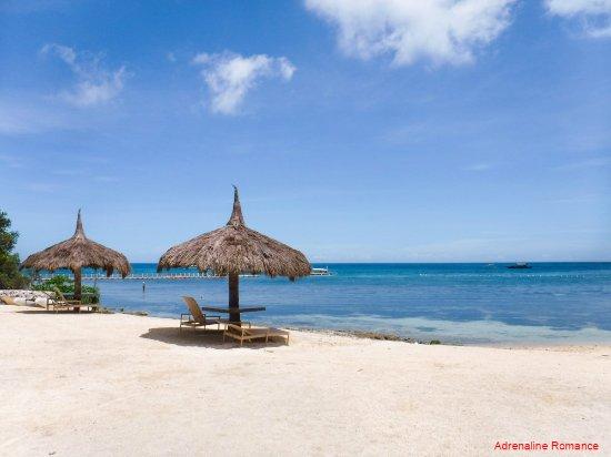 Bluewater Panglao Beach Resort: Small but scenic beach area