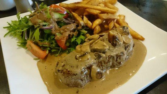Ringwood, Australia: Porterhouse steak with mushroom sauce