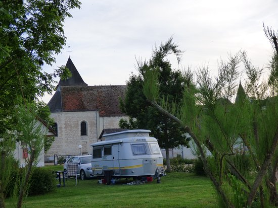 Mareuil-sur-Cher : Le Port. Caravan, church and castle. (2015 picture)