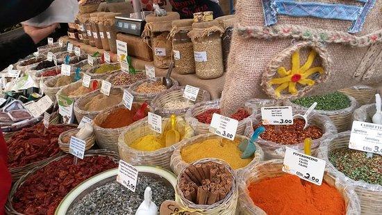 Syracuse, Italie : Le spezie, al mercato di Siracusa.