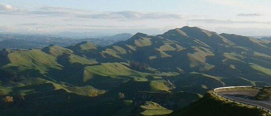 Havelock North, Nieuw-Zeeland: Te Mata Peak shadows in late autumn afternoon sunshine.