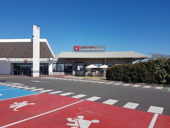 Champniers, Francia: Un parking en face du restaurant et également des places réservées aux familles
