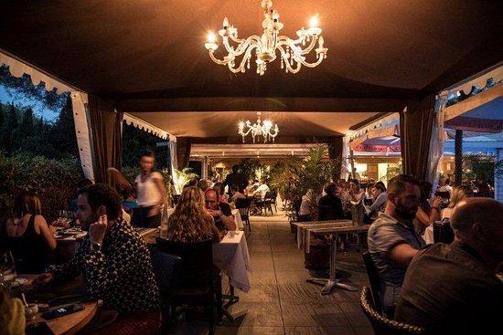 Notre chaleureuse terrasse extérieur - Bild von Restaurant ...