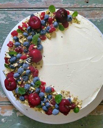 Kyogle, Australia: Vanilla Sponge Cake decorated with fresh fruit and nuts