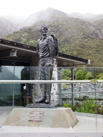 Mt. Cook Village, New Zealand: Sir Ed in the mist