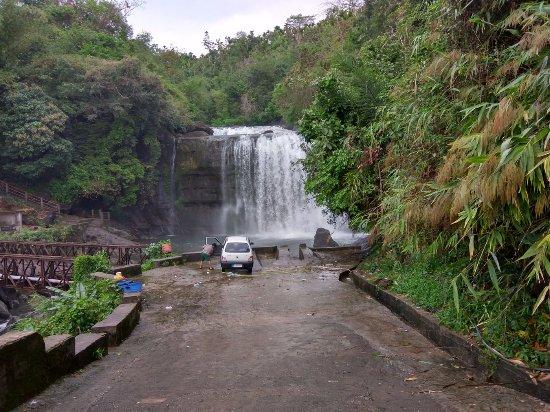 Mawlynnong Waterfall: Mawlynnong Falls