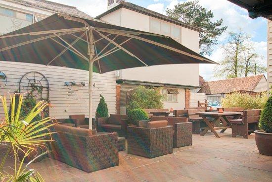 The Saracens Head Restaurant and Bar: Beer Garden with outdoor bar