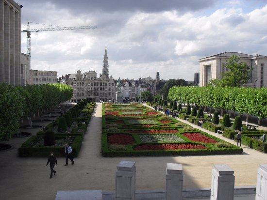 Atomium : jardines en el centro de la capital belga..genial