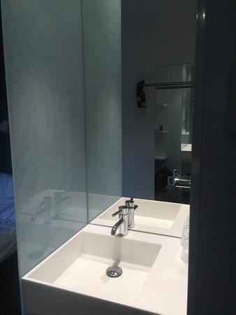 Kleinmachnow, Deutschland: Waschbecken im Zimmerflur statt im Bad