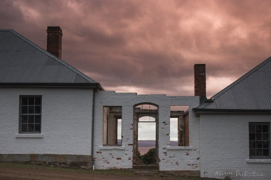 Triabunna, Australië: Sunsets are spectacular. These buildings are close by the Penitentiary.