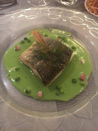 Thoiry, Francia: Filet d'Omble Chevalier sur sa crème de petits pois nouveaux chips de lard fumé