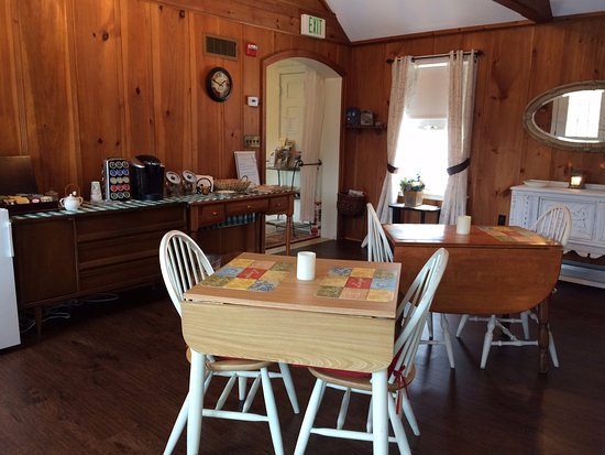 Laconia, NH: Continental breakfast area
