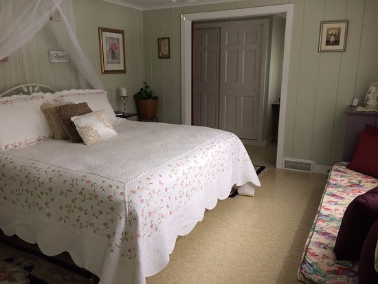 Laconia, NH: Shabby Chic Room - King Bed