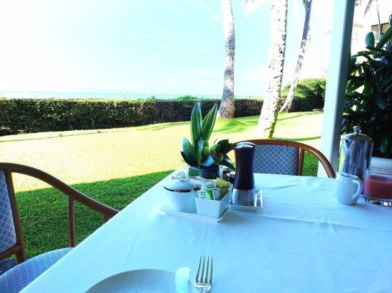 Orchids: 素敵な庭とビーチを眺めながらの朝食