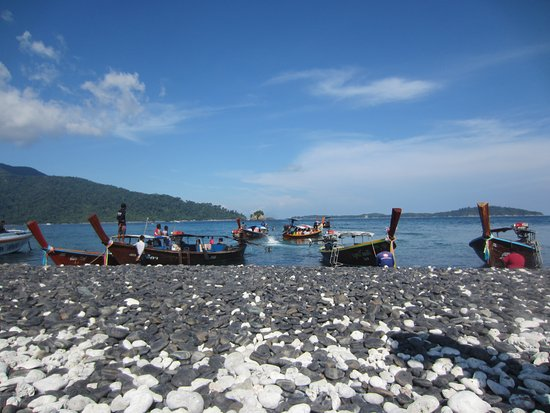 Satun Province, Thailand: ロングテールボートがたくさん接岸します。