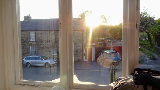 Eyam, UK: Despite everything, the view from the room at sunset was lovely.