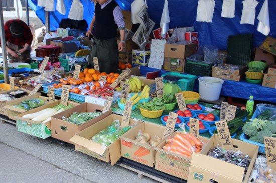 Morning Market in Masuda: 八百屋の店先